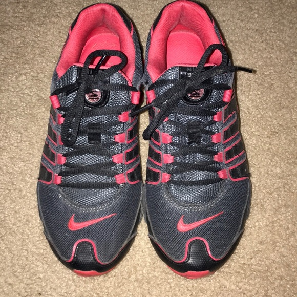 buy online 0da01 68c06 Nike Women s Shox - size 6 - Black and Red